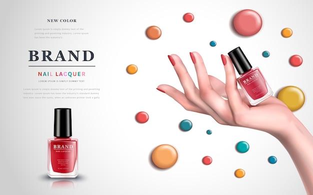 Delikatna dłoń z kolorowymi elementami i lakierem do paznokci