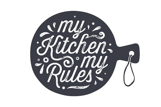 Deska do krojenia w kuchni. dekoracja ściany kuchni, znak, cytat. plakat do projektowania kuchni z deską do krojenia i kaligrafią napis tekst moja kuchnia moje zasady. typografia odręczna. ilustracja wektorowa