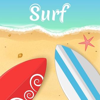 Deski surfingowe i rozgwiazda na oceanie.