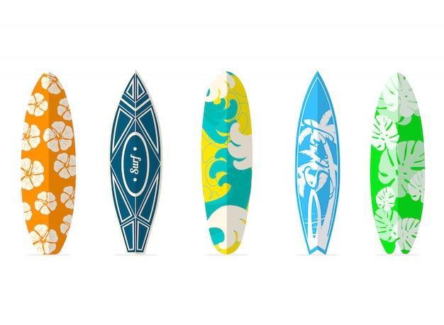 Deski surfingowe z różnymi jasnymi i nietypowymi wzorami.