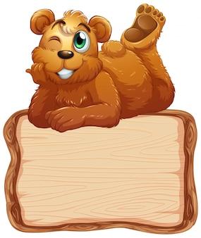 Deskowy szablon z ślicznym niedźwiedziem na białym tle