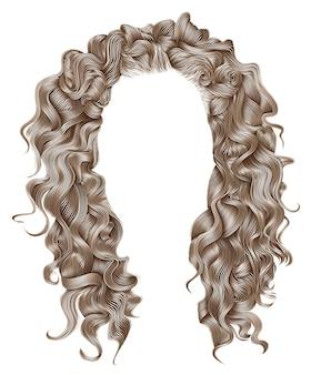 Długie kręcone włosy w jasnych blond kolorach. styl uroda moda. peruka.