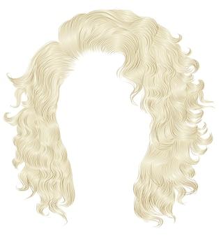 Długie kręcone włosy w kolorze blond.