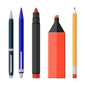 Długopisy, ołówek, zestaw znaczników na białym tle