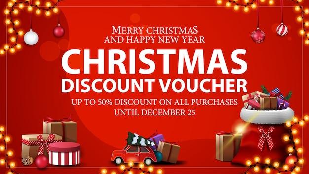 Do 50 zniżki na wszystkie zakupy, czerwony świąteczny kupon rabatowy z torbą świętego mikołaja z prezentami i czerwonym zabytkowym samochodem z choinką