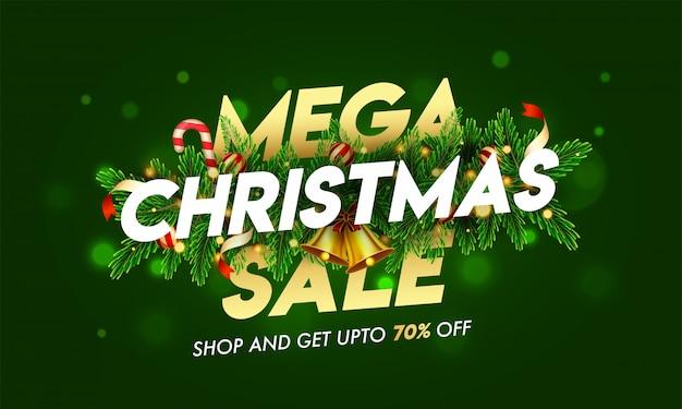 Do 70% zniżki na tekst mega christmas sale ozdobiony dzwonkiem, liśćmi sosny, bombkami i girlandą świetlną na zielonym bokeh do reklamy.