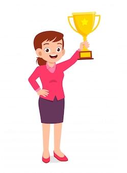 Dobrze wyglądająca kobieta z trofeum na dłoni