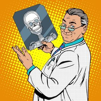 Doktor chirurg rentgenowskie czaszki