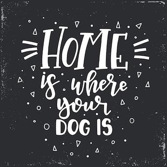 Dom jest, gdzie twój pies jest ręcznie rysowane plakat typografii. koncepcyjne zwrot odręczny domu i rodziny, ręcznie napisane kaligraficzne projekt. literowanie.
