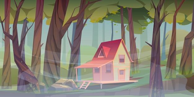 Dom z drewna w lesie z poranną mgłą. chatka leśnika. wektor kreskówka lato krajobraz drewnianej wioski, domku lub domu z werandą, zielonym trawnikiem, dużymi drzewami i mgłą