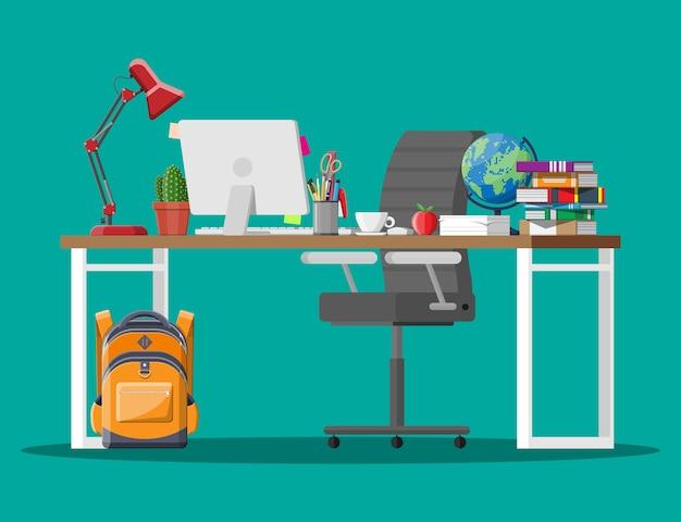 Domowy stolik dziecięcy do nauki i nauki. szkolna praca domowa.