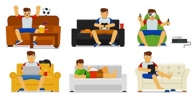 Domowy zestaw wypoczynkowy. na białym tle człowiek siedzi, relaksując się na kanapie, oglądając mecz piłki nożnej w telewizji, grając w gry wideo i vr, surfując po internecie na laptopie, komputer typu tablet w domu. wypoczynek pod dachem, styl życia
