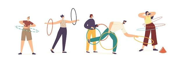 Dorosłe postacie męskie i żeńskie ćwiczące z hula-hoopem toczącym się w talii, ramionach i rzucie. rekreacja latem, aktywność na świeżym powietrzu lub w domu, aktywny czas wolny. ilustracja wektorowa kreskówka ludzie