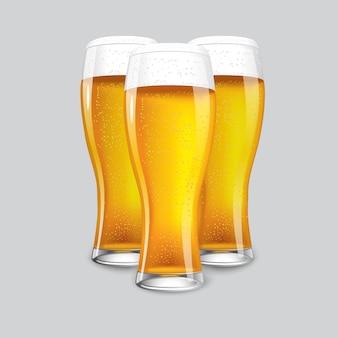 Doskonałe realistyczne izolowane 3 szklanki piwa.