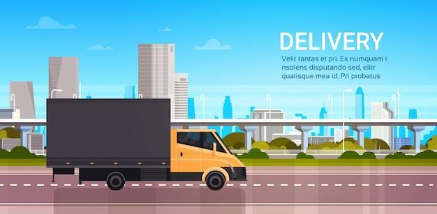 Dostawa furgonetką nad miastem. wysyłka transport service truck concept