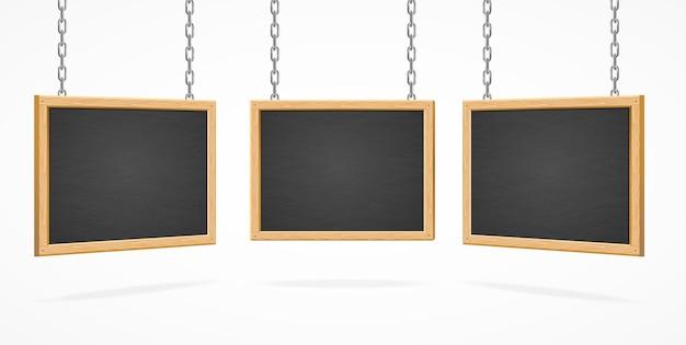 Drewniana czarna tablica znak na łańcuchach na białym tle