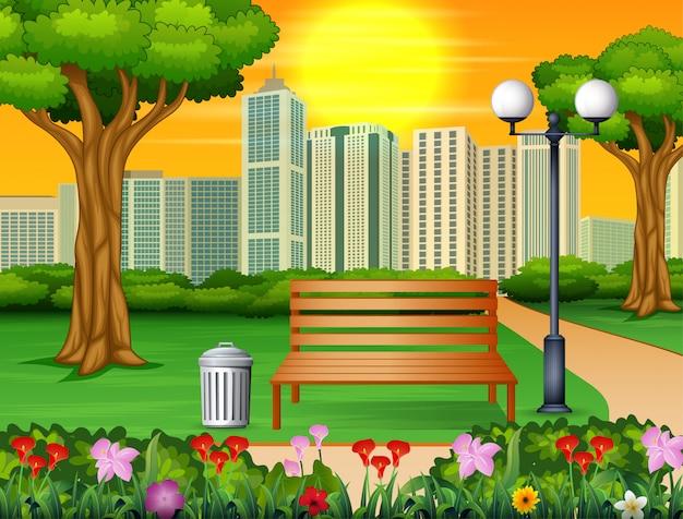 Drewniana ławka i kosz na śmieci w parku miejskim z drapaczami chmur