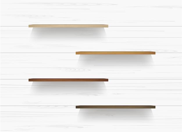 Drewniana półka na biel ściany tle z miękkim cieniem.