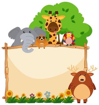 Drewniana rama z dzikimi zwierzętami w ogródzie