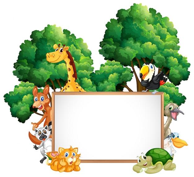 Drewniana rama z wieloma zwierzętami w lesie