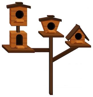 Drewniane domki dla ptaków na jednym słupie