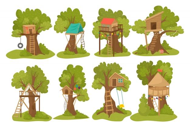 Drewniane domki na drzewie na plac zabaw dla dzieci z drabinką, huśtawką i klapką do zabawy dla dzieci zestaw ilustracji plenerowych. drewniany domek na drzewie dla dzieci, budowa parku małych domków zabaw.