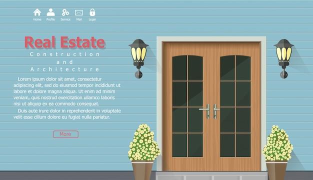 Drewniane drzwi domu z banerem nieruchomości