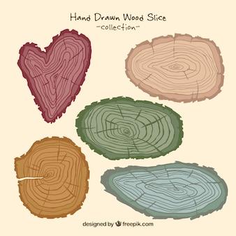 Drewniane kłody o różnych kolorach