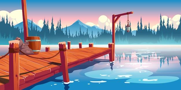 Drewniane molo na jeziorze, stawie lub rzece krajobraz, nabrzeże z linami, latarnia, beczka i worki na malowniczym tle z odbiciem chmur, świerków i gór w wodzie. ilustracja kreskówka