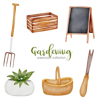 Drewniane pudełko, tablica, kosz, widelec do słomy, doniczka i łopata, zestaw przedmiotów ogrodniczych w stylu przypominającym akwarele o tematyce ogrodowej.