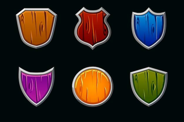 Drewniane tarcze w różnych kształtach i kolorach. pusty szablon średniowiecznej tarczy.