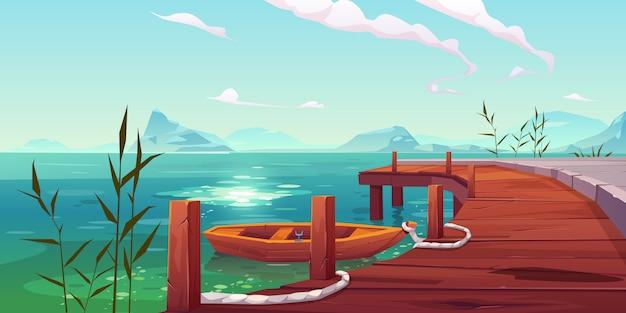 Drewniany molo i łódź na rzecznym naturalnym krajobrazie
