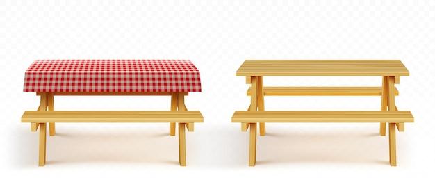 Drewniany stół piknikowy z ławkami i obrusem w czerwoną kratę