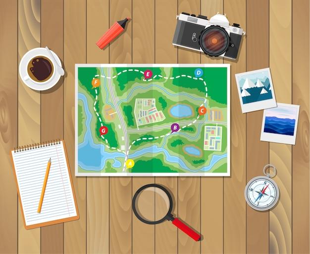 Drewniany stół z papierową mapą. planowanie podróży