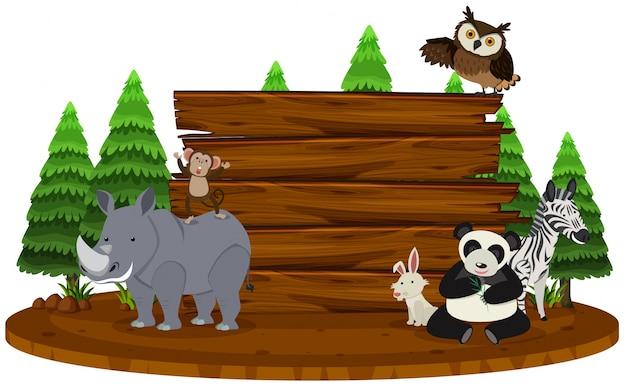 Drewniany znak z dzikimi zwierzętami w tle