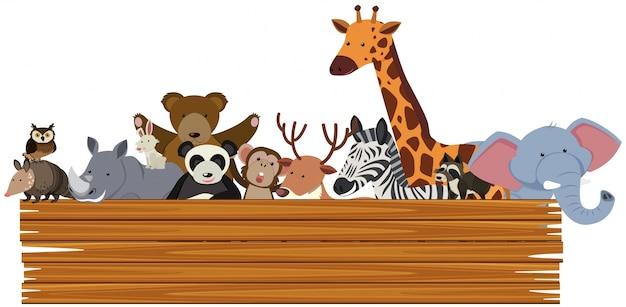 Drewniany znak z uroczymi zwierzętami z tyłu