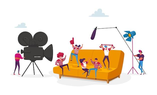 Drobne postacie tworzą operatora filmowego za pomocą personelu kamery