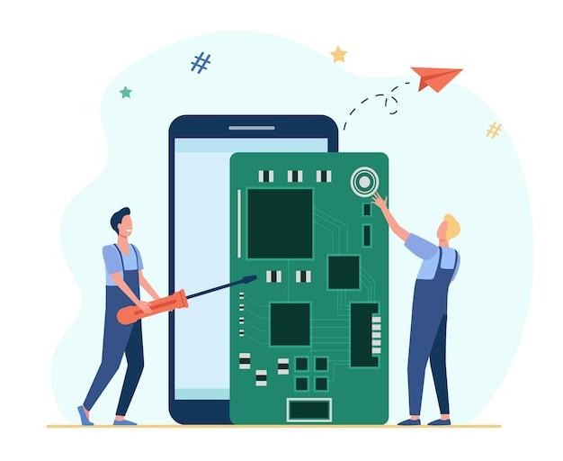 Drobni technicy naprawiający smartfon