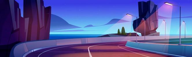 Droga samochodowa nad brzegiem morza o zachodzie lub wschodzie słońca