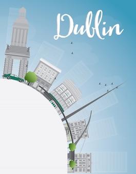 Dublin linia horyzontu z szarymi budynkami, niebieskim niebem i kopii przestrzenią, irlandia