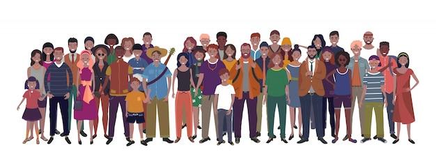 Duża grupa ludzi o różnej narodowości, pochodzeniu etnicznym i wieku na białym tle