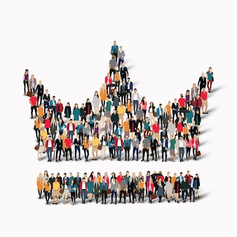 Duża grupa ludzi w kształcie korony