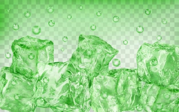 Dużo przezroczystych zielonych kostek lodu i pęcherzyków powietrza pod wodą na przezroczystym tle. przezroczystość tylko w formacie wektorowym
