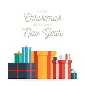 Duży stos kolorowych zapakowanych pudełek na prezenty na boże narodzenie i nowy rok z życzeniami.