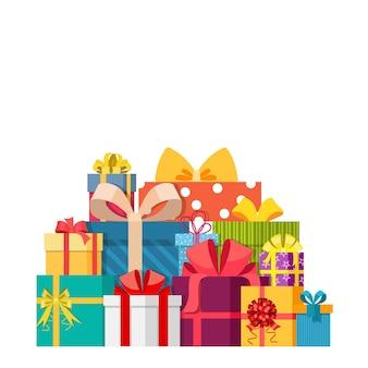 Duży stos kolorowych zapakowanych pudełek na prezenty.