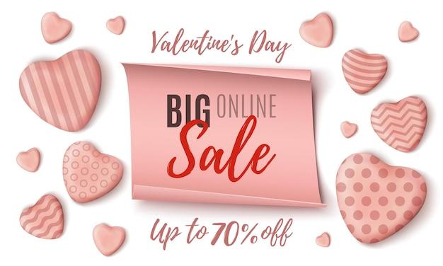 Duży szablon transparent sprzedaży online na walentynki z różowymi realistycznymi cukierkowymi sercami i papierowym sztandarem na białym tle