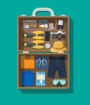 Duży zestaw podróżny. letnie wakacje, turystyka, wakacje