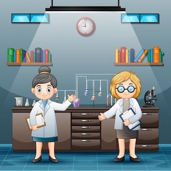 Dwa kobiet naukowiec w białych fartuchach laboratoryjnych w pokoju laboratorium