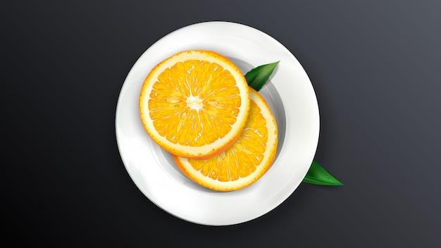 Dwa plasterki pomarańczy na białym talerzu.