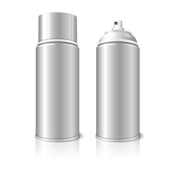 Dwa realistyczne, odizolowane na białym tle z odbiciem, puste puszki metalowych butelek 3d w aerozolu - otwarte iz zakrętką. do farb, graffiti, dezodorantów, pianek, kosmetyków itp.